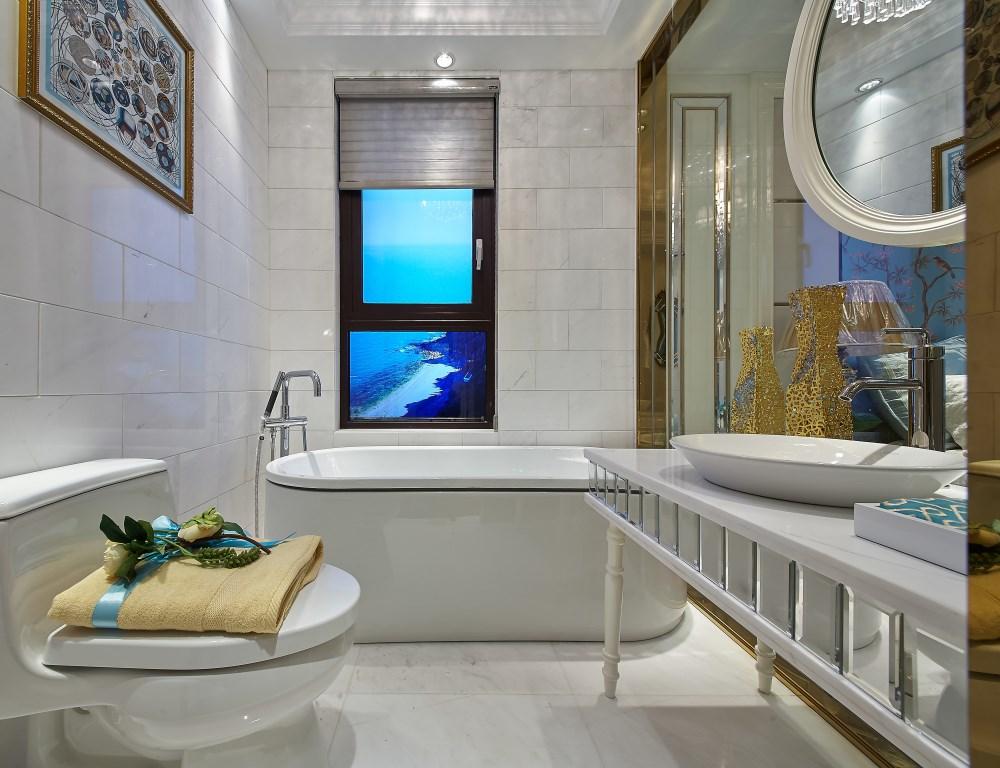 卫生间里干湿分离,把淋浴房放在了角落,左右两侧摆放洗手台和马桶。