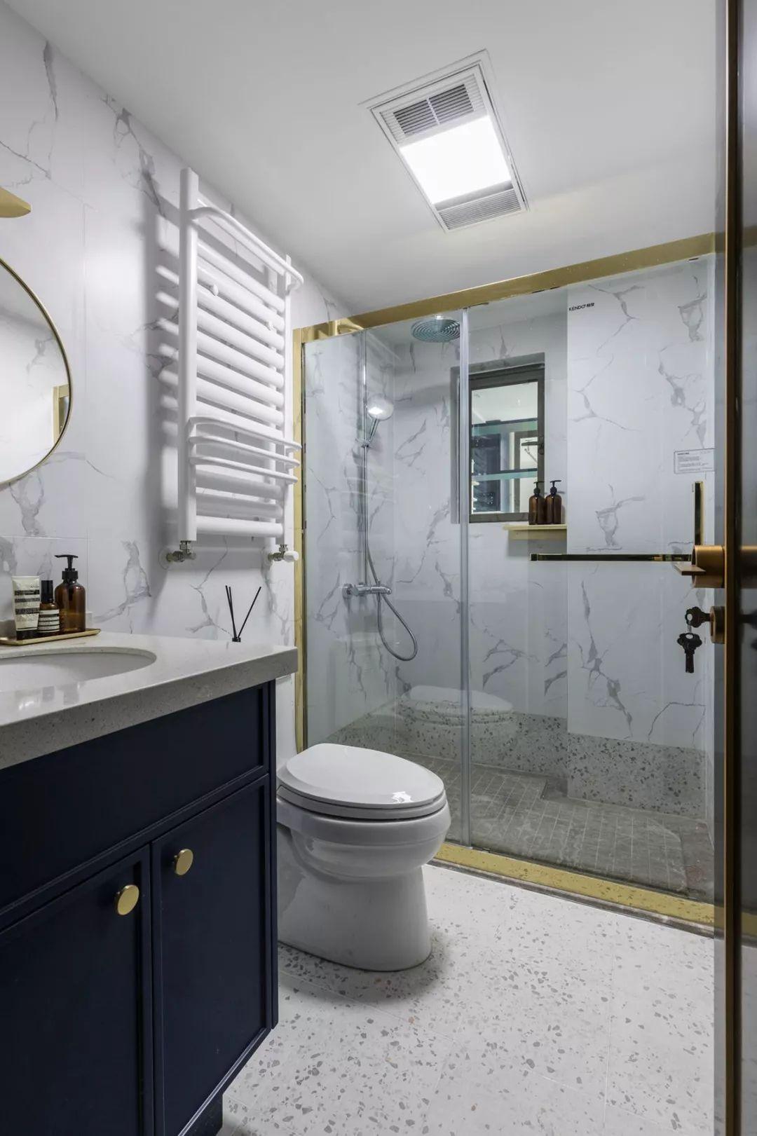 卫生间在水磨石地面基础,搭配雅白的墙面砖与深蓝色浴室柜,档次瞬间提升。
