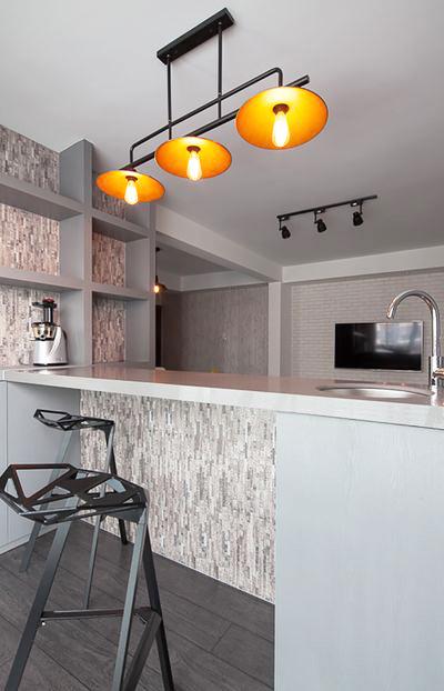 餐厅操作台被做成了吧台的模式,时尚感报表,复古的工业风吊灯撒下的黄色的灯光,空间变得浪漫温柔。