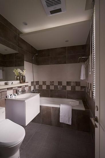 延续古典风格基调,选用咖啡色系磁砖铺陈空间氛围,局部搭配跳色手法,沉稳中不失活泼感。