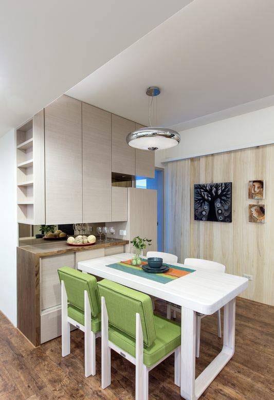 茶水餐柜作为餐桌倚靠,向廊道侧以展示浅柜,收纳屋主的手工艺作品。