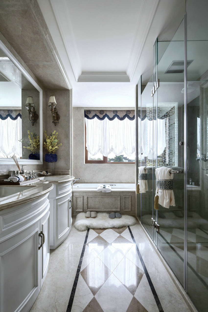 其实法式风格的卫生间应该有一个独立的泡浴间,不过限于空间,还是把浴缸与淋浴间做到一起。
