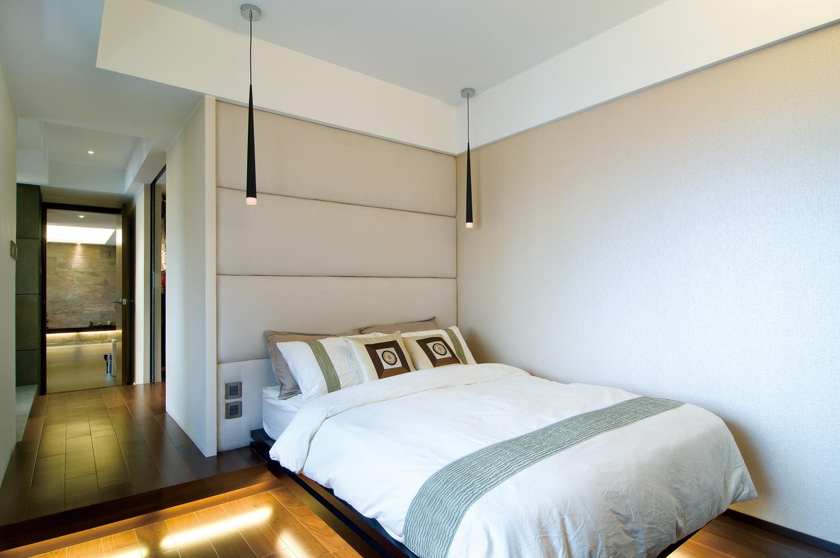 卧室中放置着清晰线条的大床,两边的吊灯很是精致别雅