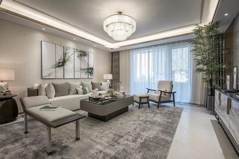 从沙发背景墙到地面,米色系与灰色的配搭,带来雅致平和的空间气质;中式元素不动声色的点缀渲染。