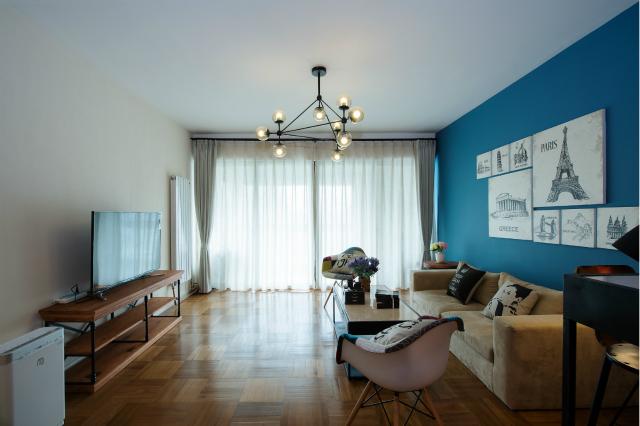 简易吊灯以及沙发的置入,给整个空间增添了几分简约之美。宽大的落地窗让整个空间光线十足。