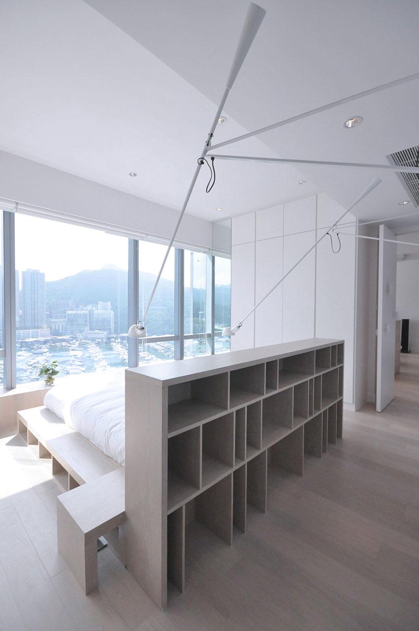 床面绝美的落地窗,将对面绵延起伏的山峰引进来,不仅有美的享受,设计也不乏实用性。