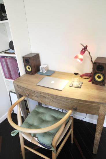 由于空间狭小,但书桌又是必不可少之物,设计师就选用了木质的小书桌,只要满足日常办公即可。