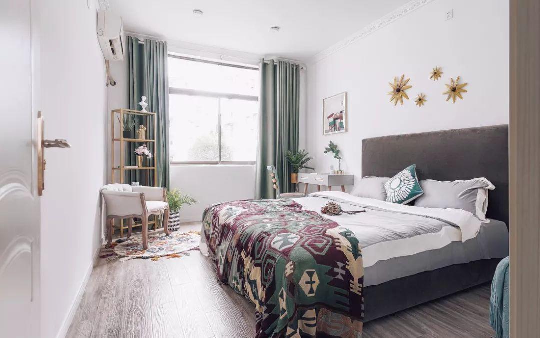 次卧的绿让人心情放松,波西米亚搭毯给这个房间增加了许多民族元素,反映出业主的多元化追求。
