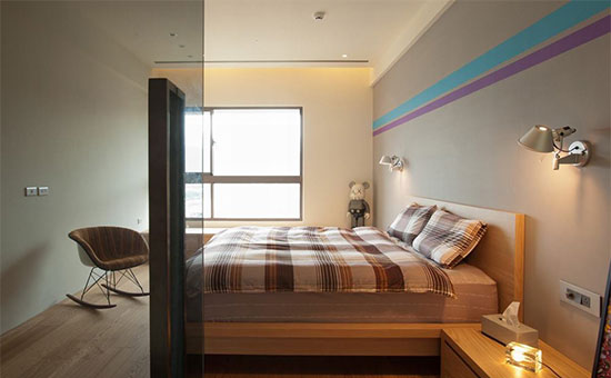呼应着公领域的色调,主卧房内仍可见紫色系的应用。