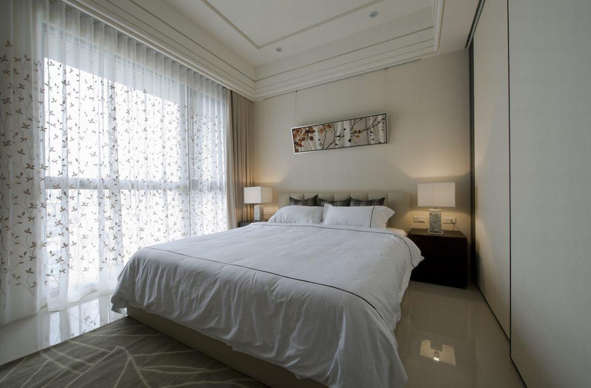 卧室,白色床品,点缀碎花的窗帘,整体舒适又大方。