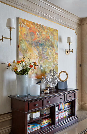 客廳新添了一幅偏印象派風格的北歐畫家作品,色塊之下隱藏著小女孩和馬。