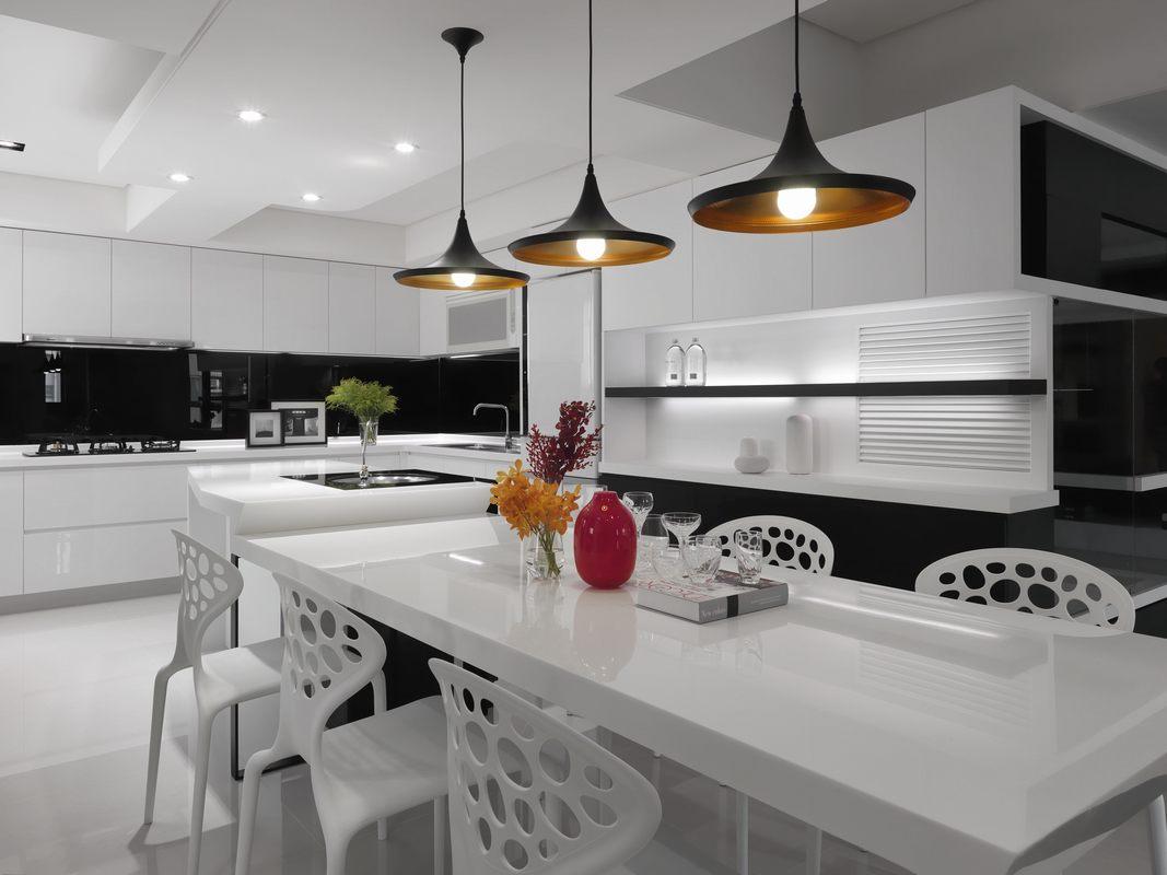 白色餐桌和白色橱柜一起定做,保证了布局摆设的整体性,提升了空间的明亮度。