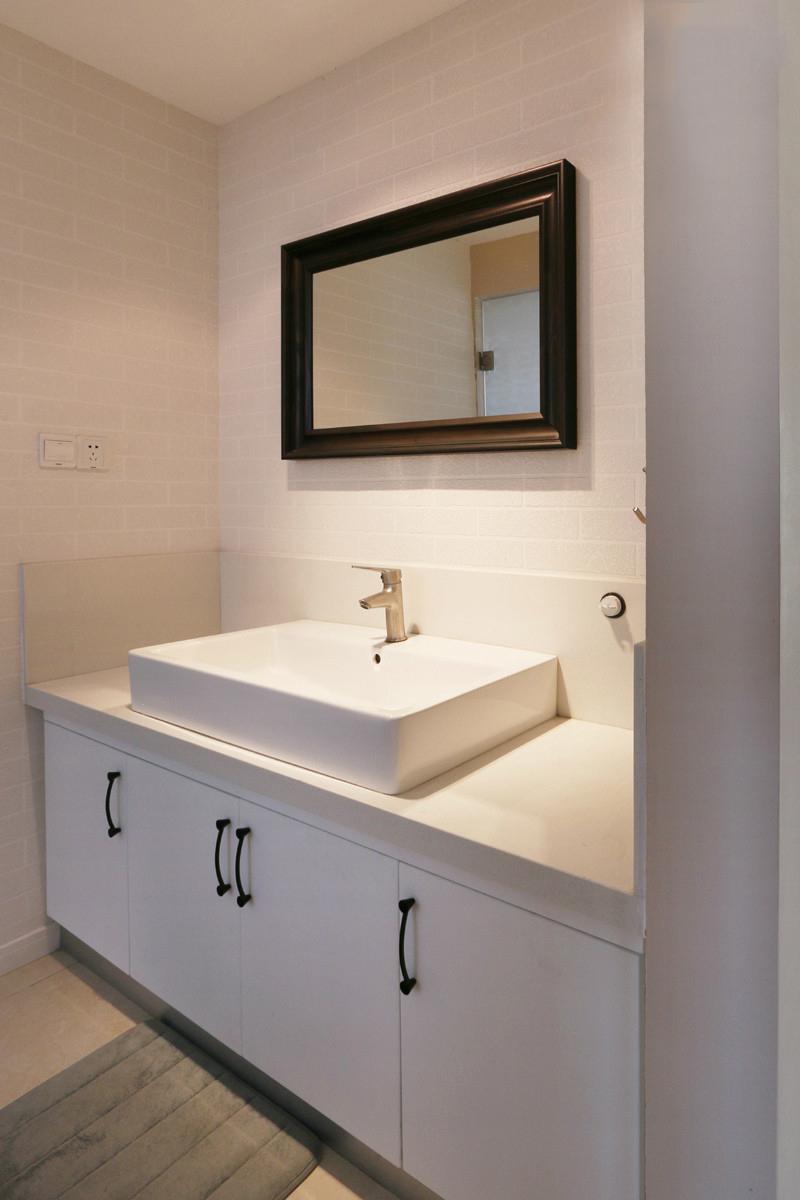 黑色边框的卫生间镜子,大胆又任性,加上纯白的水槽台面,强调了风格的统一。