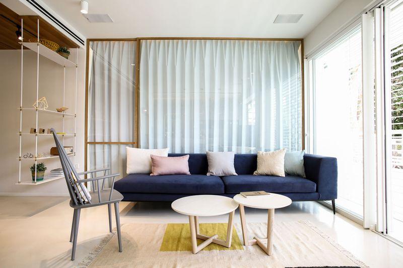 沙发后被布帘挡起来的空间,是男主人的工作室,布置很简单。