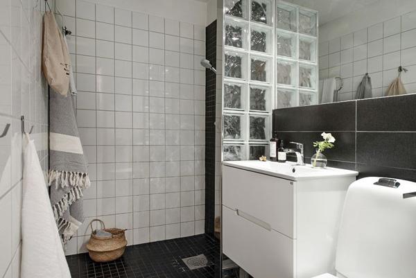 干湿分离的现代化浴室,则延续了白色的主题。