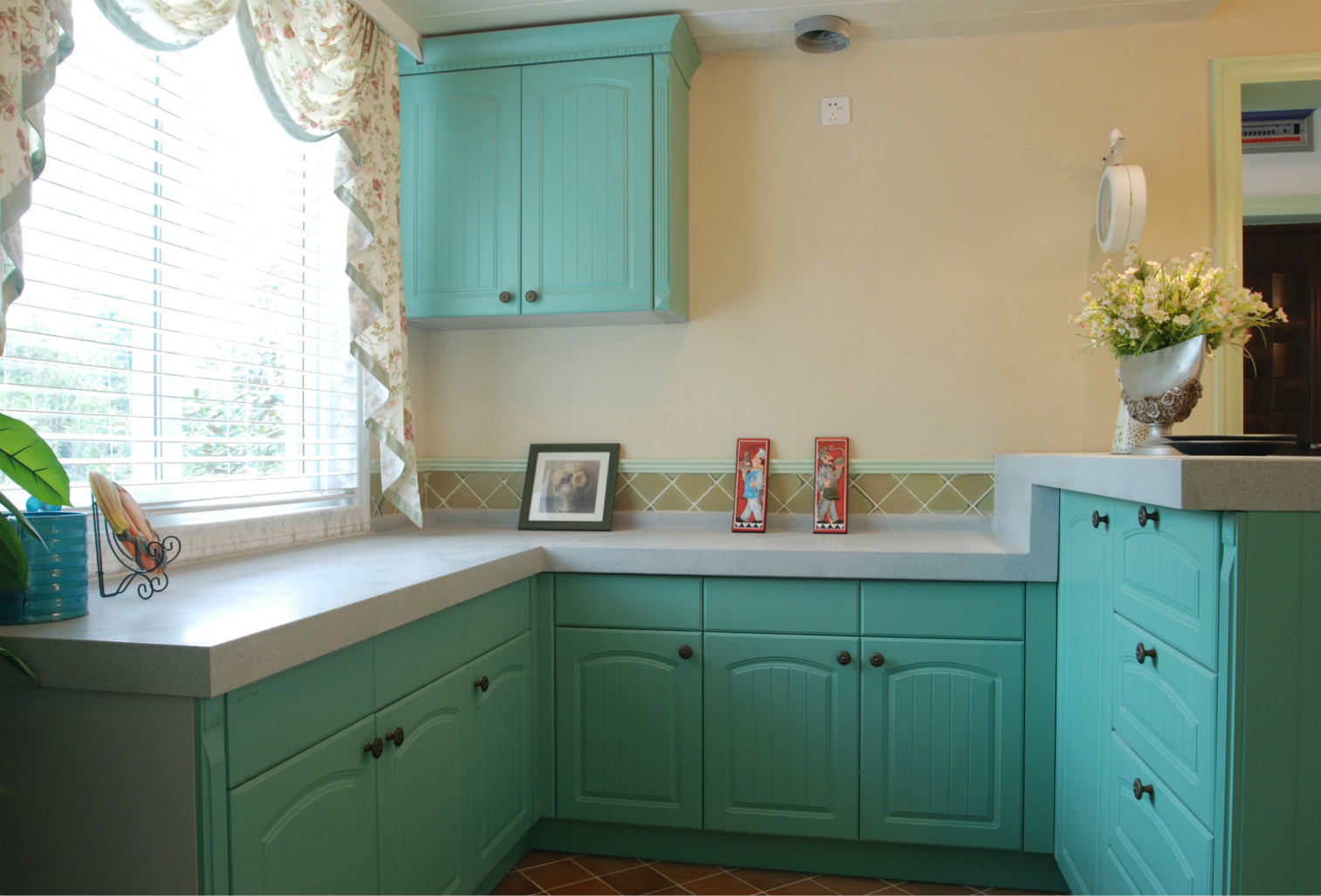 厨房也是用柔和的绿色装饰,与整体的装修风格相协调。