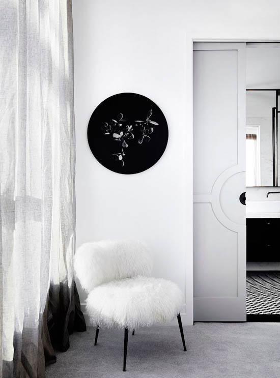 一张人造毛皮座椅和复古的黑白图案扶手椅特意放置在角落里,完成装饰。