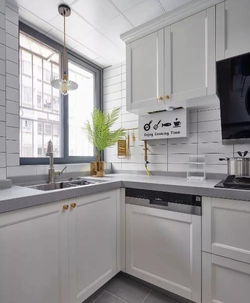 柜门造型颜色及灰色台面的搭配出经典,精致细节体现到每个五金配件,用心生活也要懂得享受方寸间。
