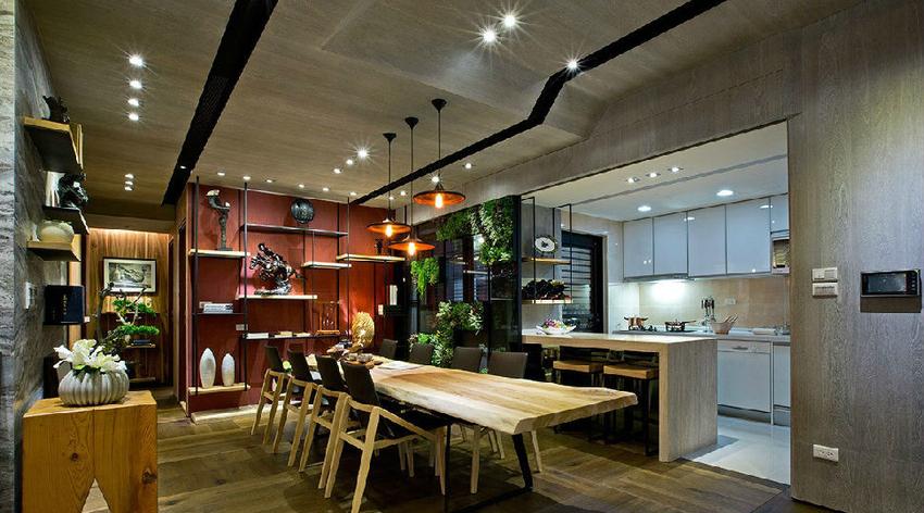 餐厅后方墙面以红色系壁纸饰底,衬托出重视风的气派和神采。