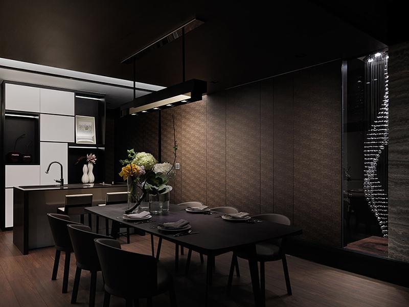 客厅转移餐厅的墙面饰以优雅的水晶端景墙,曼妙光感替大地色调的餐厨区增添雅致气息。