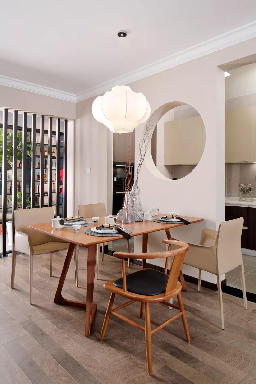 造型巧妙的餐桌椅设计给餐厅加了不少分,配上灯具莲花造型与客厅荷叶吊灯相呼应,营造出一种复古的气氛。