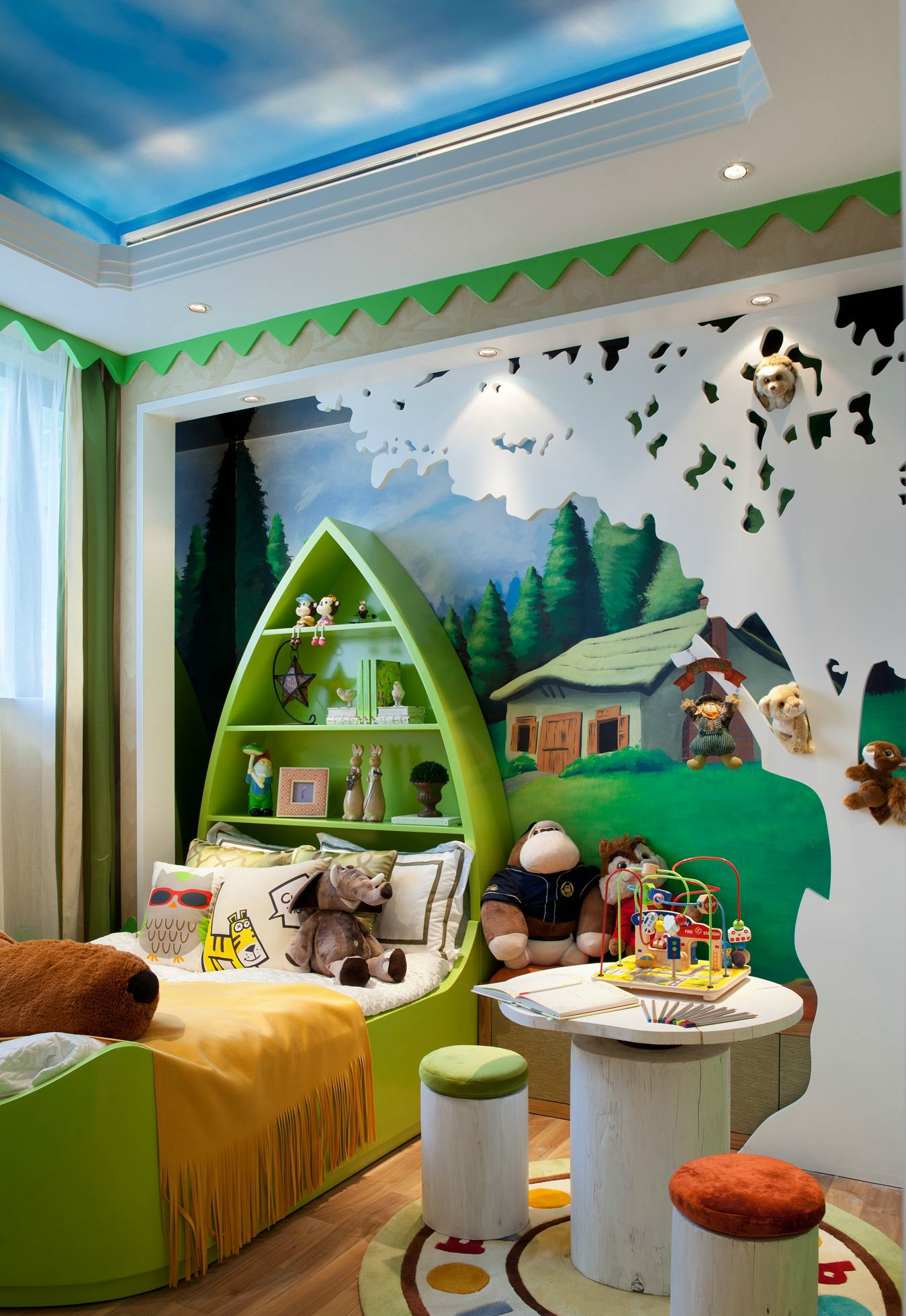 一眼望去儿童房,船型床品搭配、卡通背景墙再搭配蘑菇式小书桌,无不透露着慢慢的活力感。