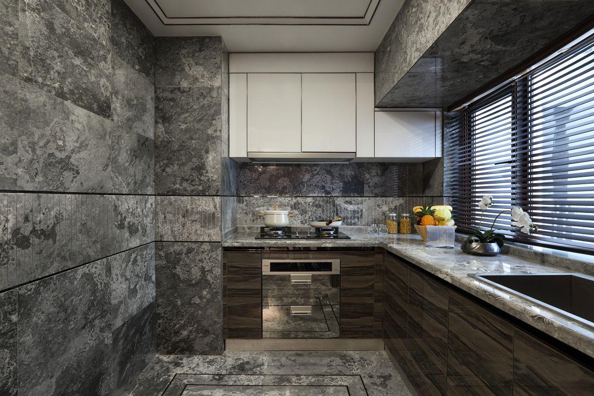 开放式厨房让空间更为灵活,大理石墙面贯穿整个空间,白色吊柜也是让人眼前一亮。
