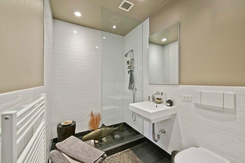 浴室做个半透明玻璃遮挡,更好的防止水质四溅。