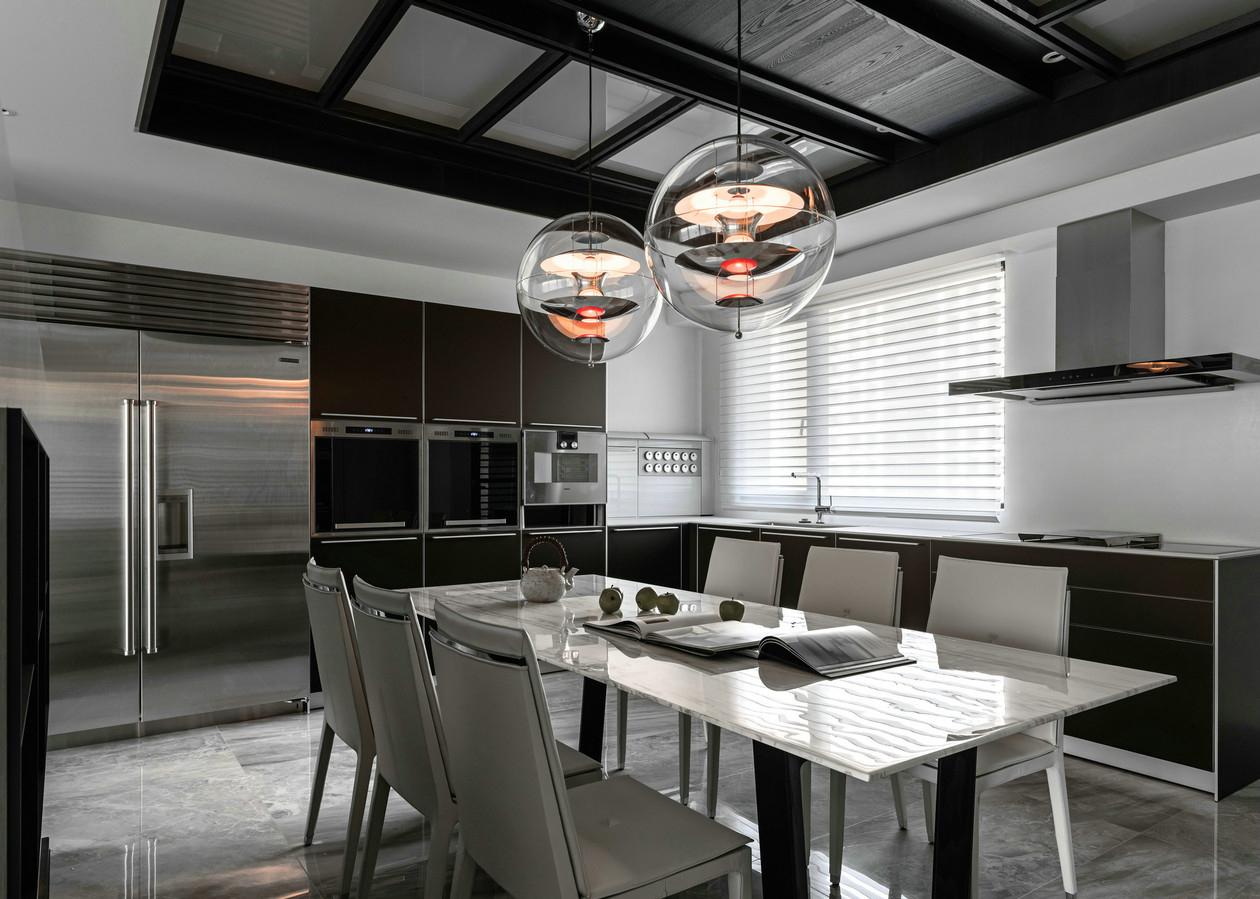 餐厅比较简单大方手法,在家具选用中,还有灯具的选择,都迎合欧式的时尚感。