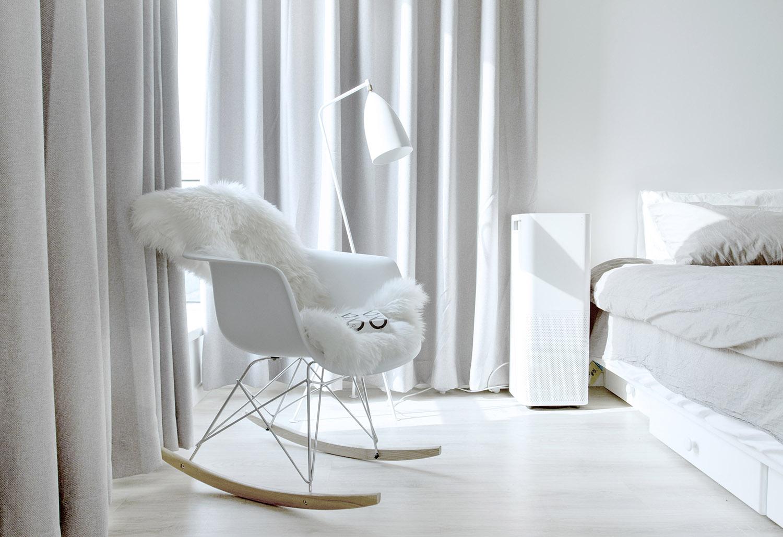 卧室放置着座椅,上面放置着毛茸茸的毛毯,以及侧面的台灯是很别致的设计