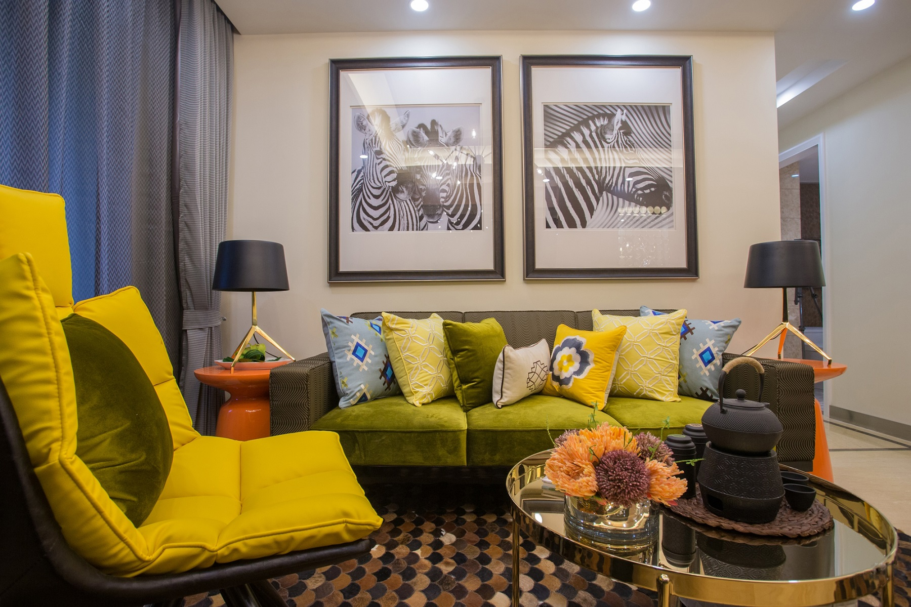 客厅整体空间以轻奢小资范的格调,深蓝色的电视墙,搭配一张绿色的电视柜,质感十足。