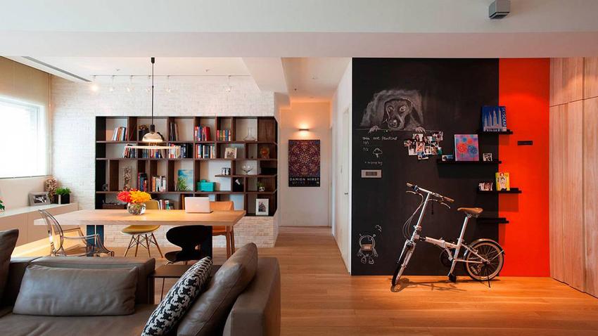 简约净白的生活场域,设计师施以黑板漆与深巧克力色表现公私领域的沉稳表情。
