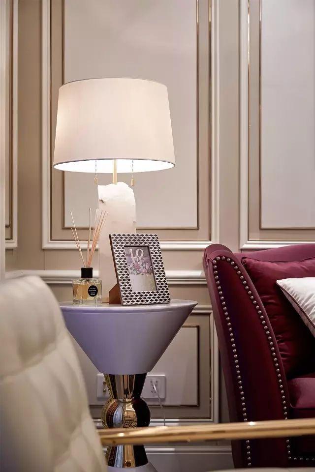 客厅的两端皆设有高纵深感的菱形图案灰玻门,一侧是好风景的休闲阳台,另一则是洗衣晾晒区。