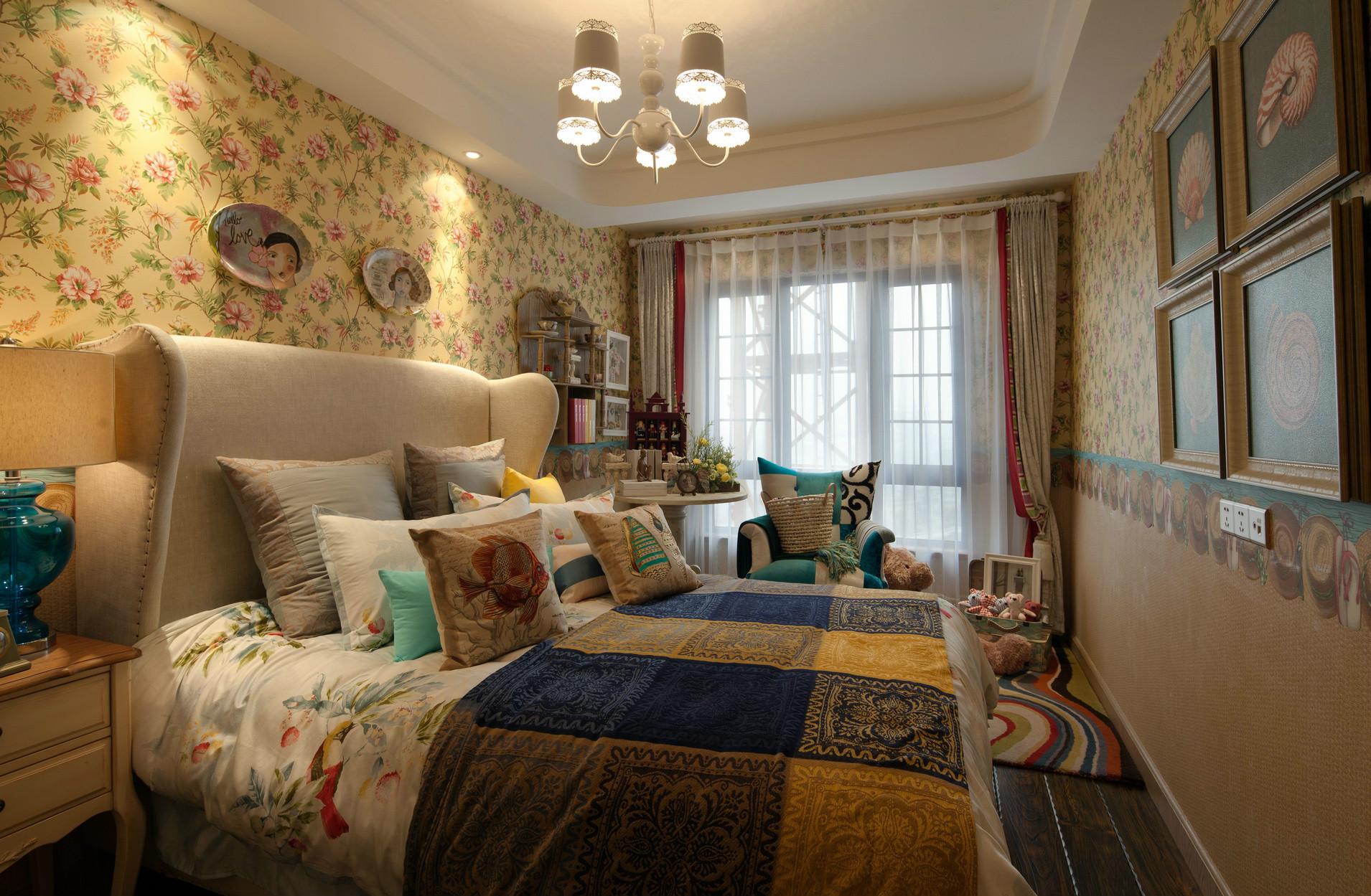 次卧为营造出浪漫的气氛,墙面贴上碎花的墙纸,对称式的花样和高雅的床品略显华贵