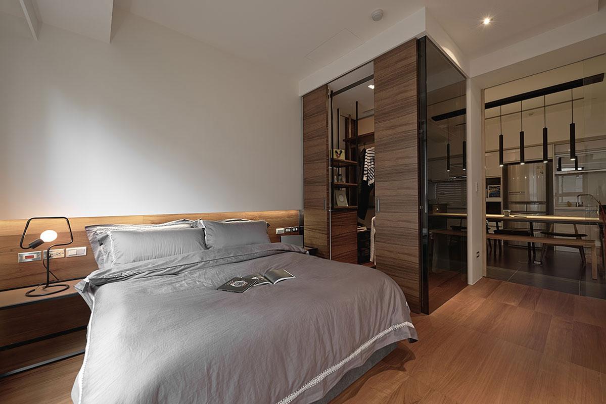 主臥室以木質的地板以及木質的衣柜,和木質的大床,整個溫馨舒適
