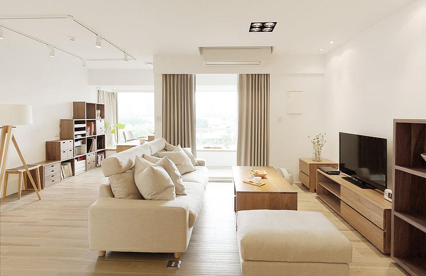 搭配了灰色白的布艺沙发,还有暖暖的灯光打下来,温馨舒适