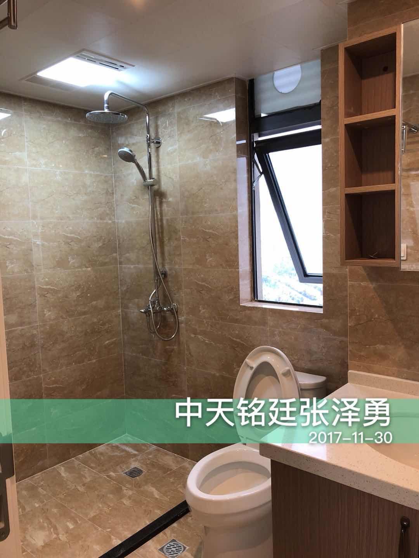卫生间面积较小,洗手台上方设计了置物组合柜,可以放置一些小物品,非常方便,窗户设计保证了卫生间的通风