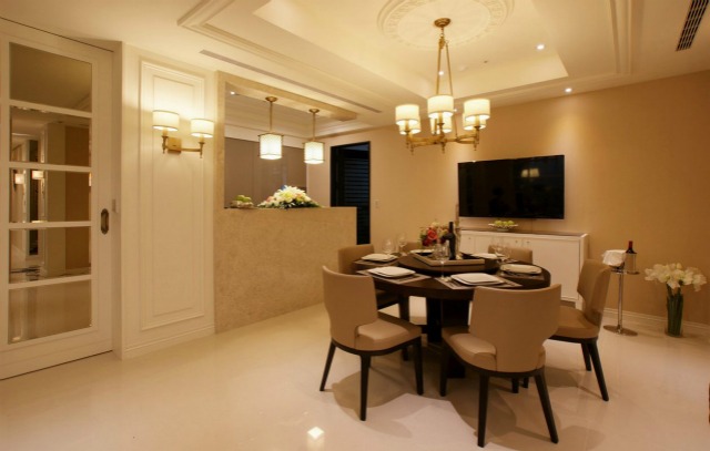 整个餐厅用暖色调营造的氛围,给人产生很舒适放松的感觉;吊顶圆形设计与餐桌相和谐。