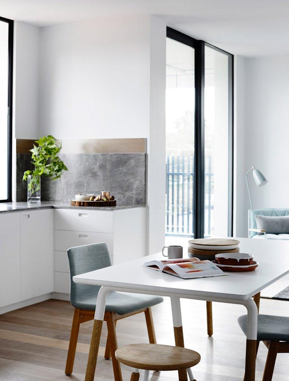 开放式餐厨设计,几乎是小空间常见的设计,白色+原木色,形成简洁、淳朴的风格。