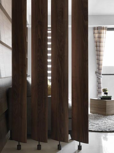 融入叶片概念以钢刷胡桃木量身打造可旋转的隔屏设计,让光影散射与通风得以随兴所至。