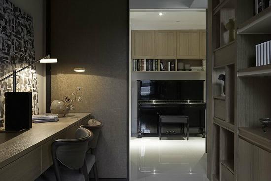 琴房安排吊柜增加收纳功能,沟缝企口取代线板的设计手法再次出现,成就整体一致性的风格美学。