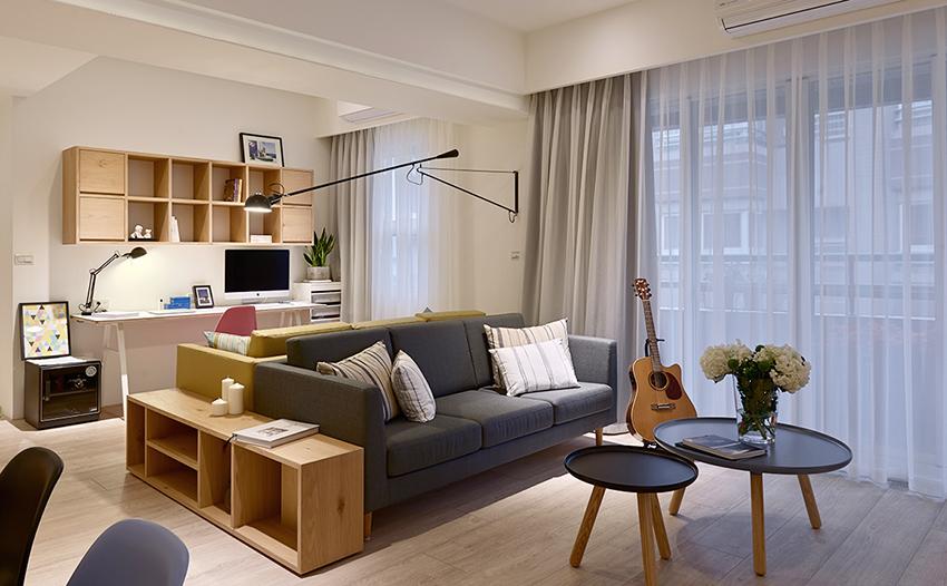 布艺的沙发搭配木质圆形的两小茶几简约舒适