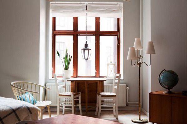放置在床边的小小餐桌,给人感觉风情万种,有那么些岁月静好的味道。