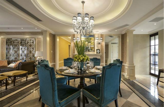圆形吊顶设计与圆桌相匹配,和谐自然。蓝色给人优雅的感觉,蓝色椅子置入让餐厅倍显格调之美。