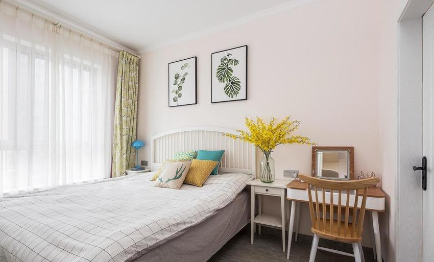 主卧灰色瓷砖地面,粉色墙漆呼应整体空间色调,白色木质大床,镂空床背,简约轻盈。