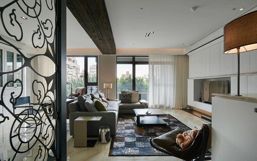 一反梁柱消弭的手法,设计师将树木的表皮化作天花梁柱的灵感,将原始的粗犷风味发挥淋漓尽致。