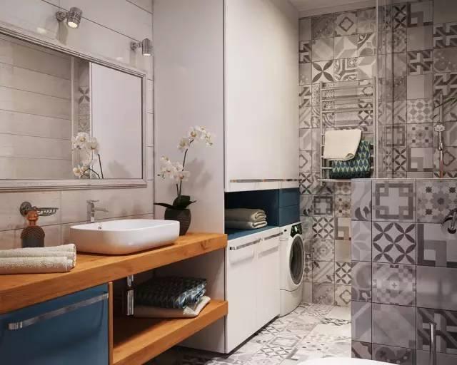 家政与卫生间二合一 拖把、扫帚、洗衣机全都放在壁橱内  壁橱靠近 黑白小花砖覆盖的洗浴区。
