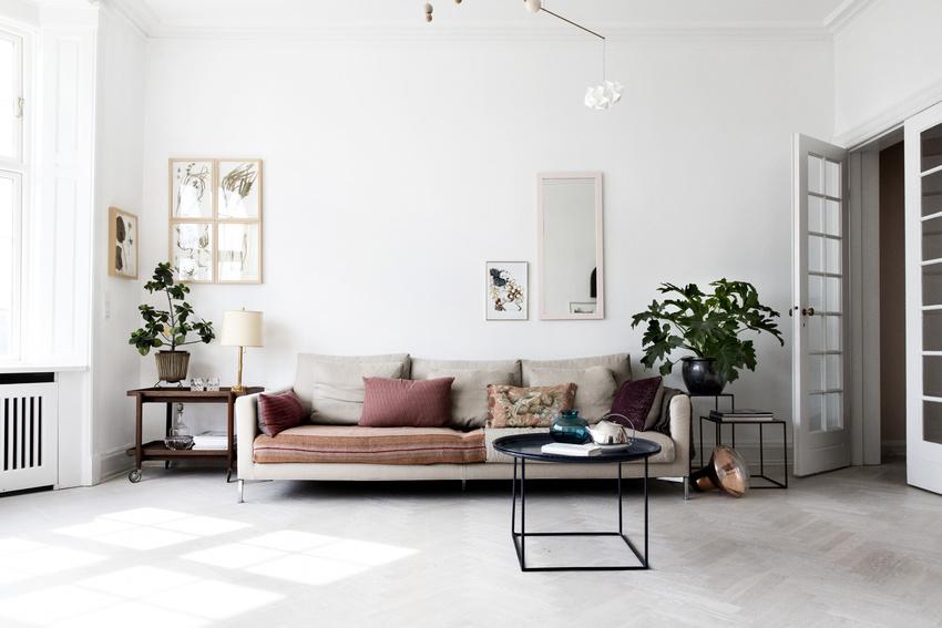 原本就十分宽敞的客厅,因为造型简单的家具,更显利落了。