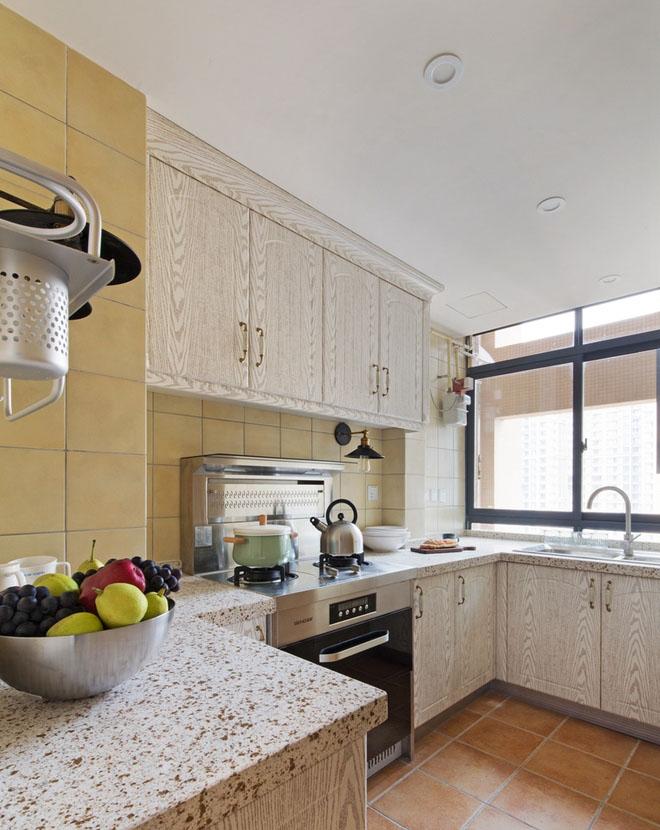 改造后的厨房,宽敞明亮。