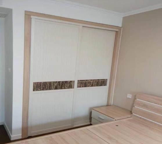 卧室选择了一套浅色木质家具,颜色干净舒适,适合摆放在卧室这种休息空间。